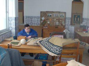 Jovem da APPACDM a fazer atividades artesanais