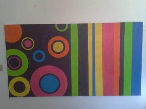 Quadro pintado por um utente da APPACDM em tons de cor-de-rosa, azul, verde, castanho, amarelo e laranja
