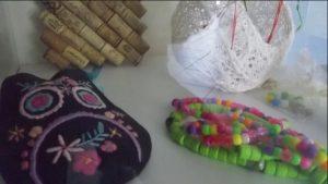 Trabalhos artesanais feitos pelos utentes da APPACDM com missangas e tecidos