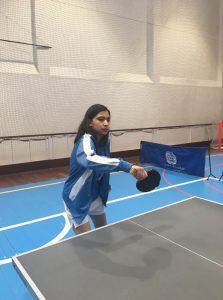 Jovem da APPACDM a jogar ténis de mesa