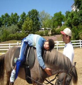 Utente da APPACDM a receber terapia: equitação especial