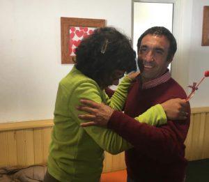 Dois utentes da APPACDM em momento de dança no Centro de Atividades Ocupacionais