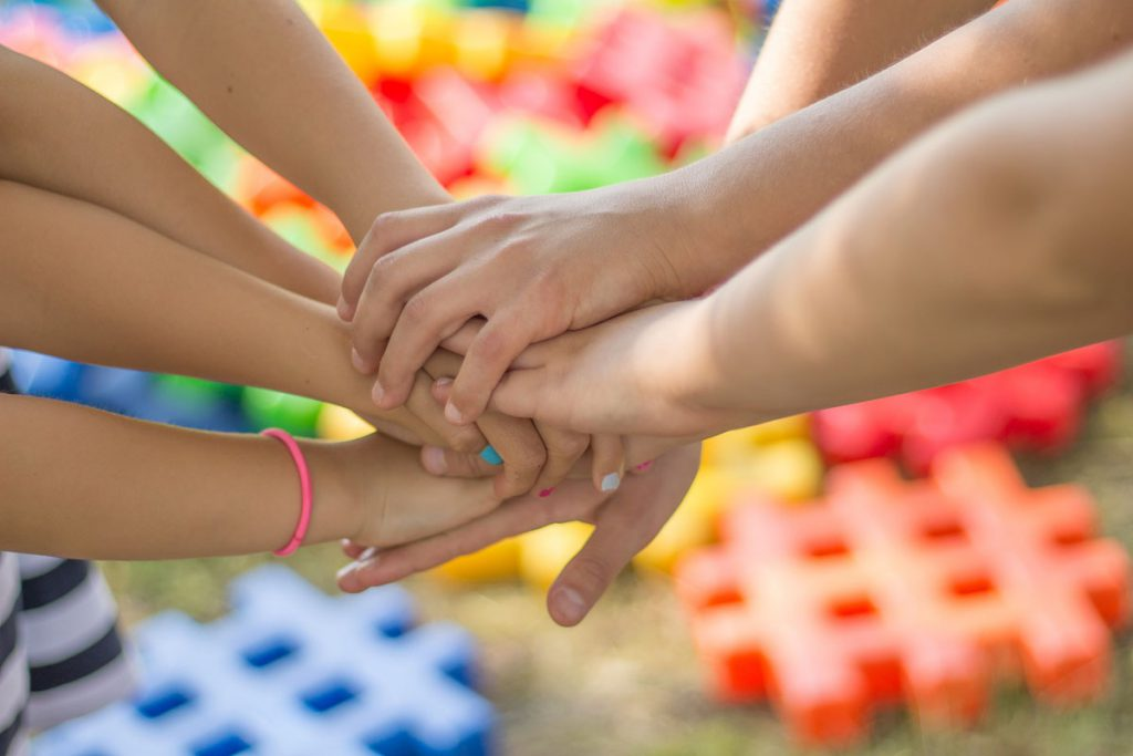 Mãos dos utentes da APPACDM no Centro de Atividades Tempos Livres