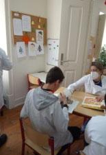 Utente e auxiliar em atividades no Centro Socioeducativo
