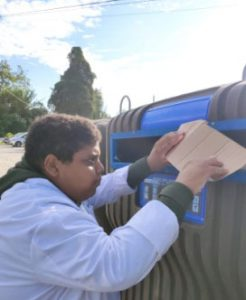 Utente da APPACDM a reciclar no ecoponto azul
