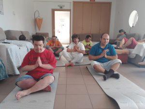 Utentes da APPACDM a praticar Yoga nas Estruturas Residenciais