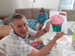 Utentes nas Estruturas Residenciais a fazer pintura de um manjerico