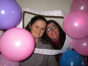Duas utentes da APPACDM em momento de festa com balões