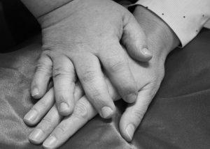 Duas mãos sobrepostas