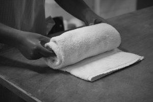 Utente a dobrar um toalha
