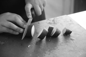 Utente da APPACDM a cortar batata doce em formação