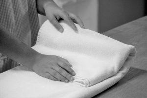 Utente a dobrar um toalha em formação