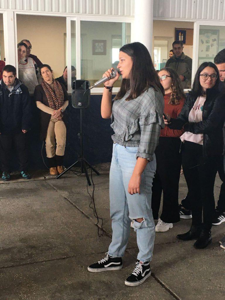 Utente da APPACDM a cantar num karaoke