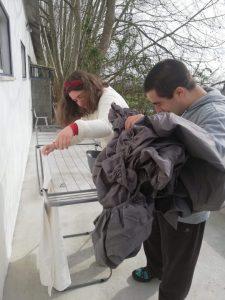 Utentes da APPACDM a estender lençóis